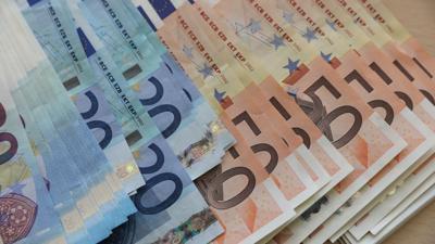 Euro-Geldscheine liegen auf einem Tisch.