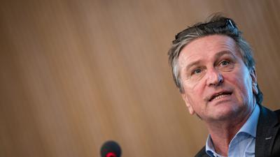 Manfred Lucha (Bündnis 90/Die Grünen) spricht bei einer Pressekonferenz.