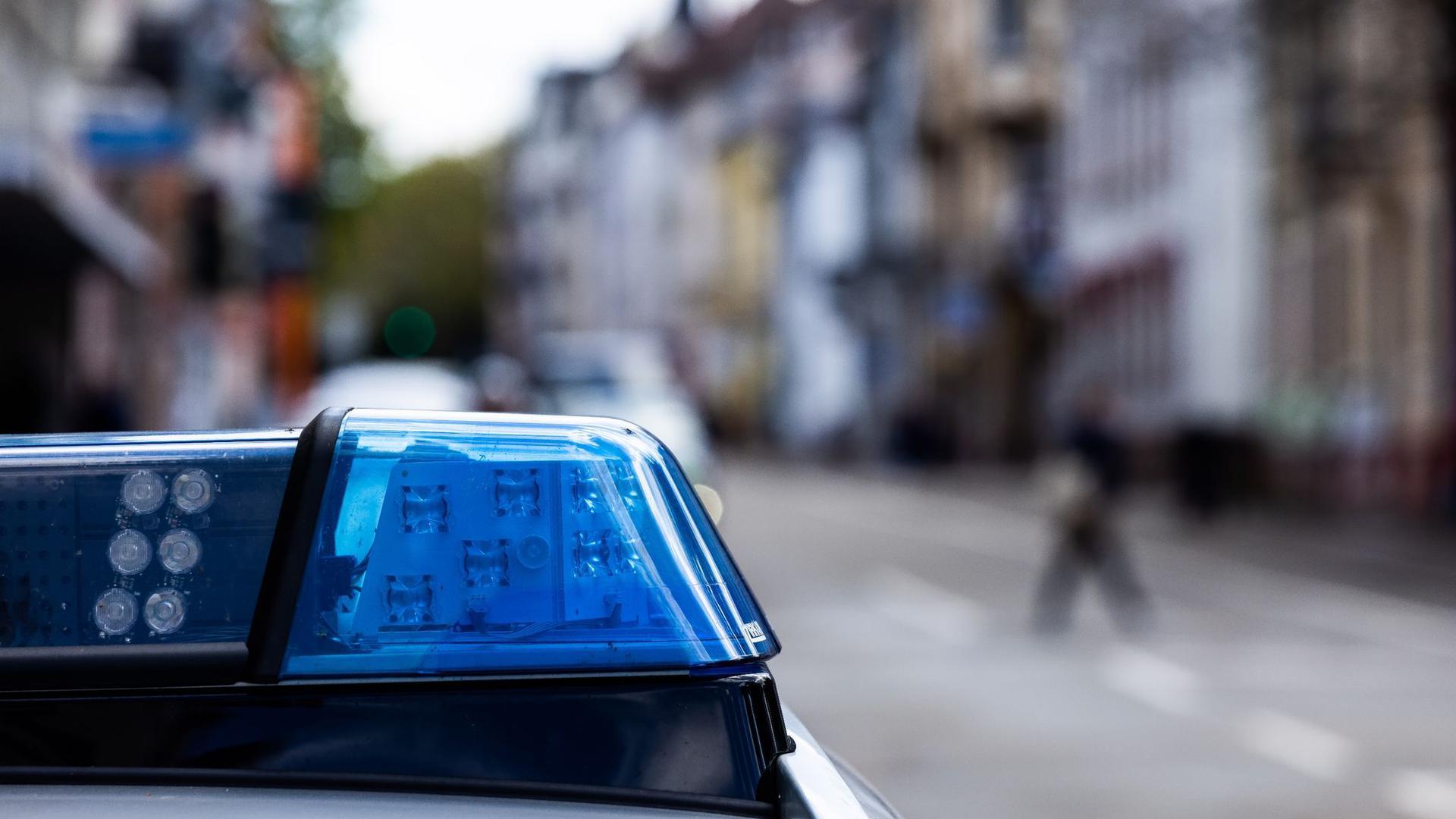 Ein Einsatzfahrzeug der Polizei steht am Straßenrand.