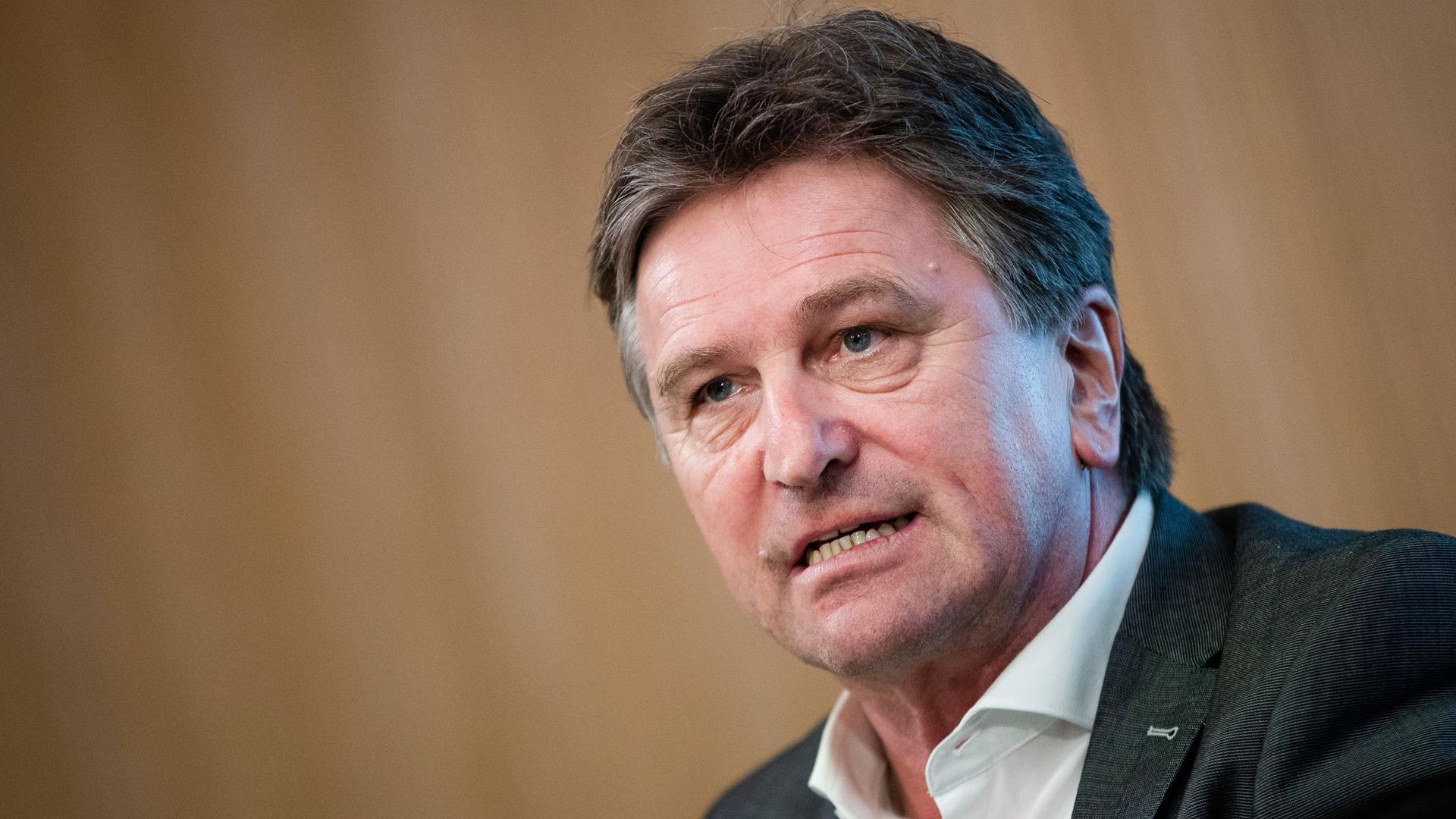 Baden-Württembergs Sozialminister Manne Lucha spricht bei einer Landespressekonferenz.