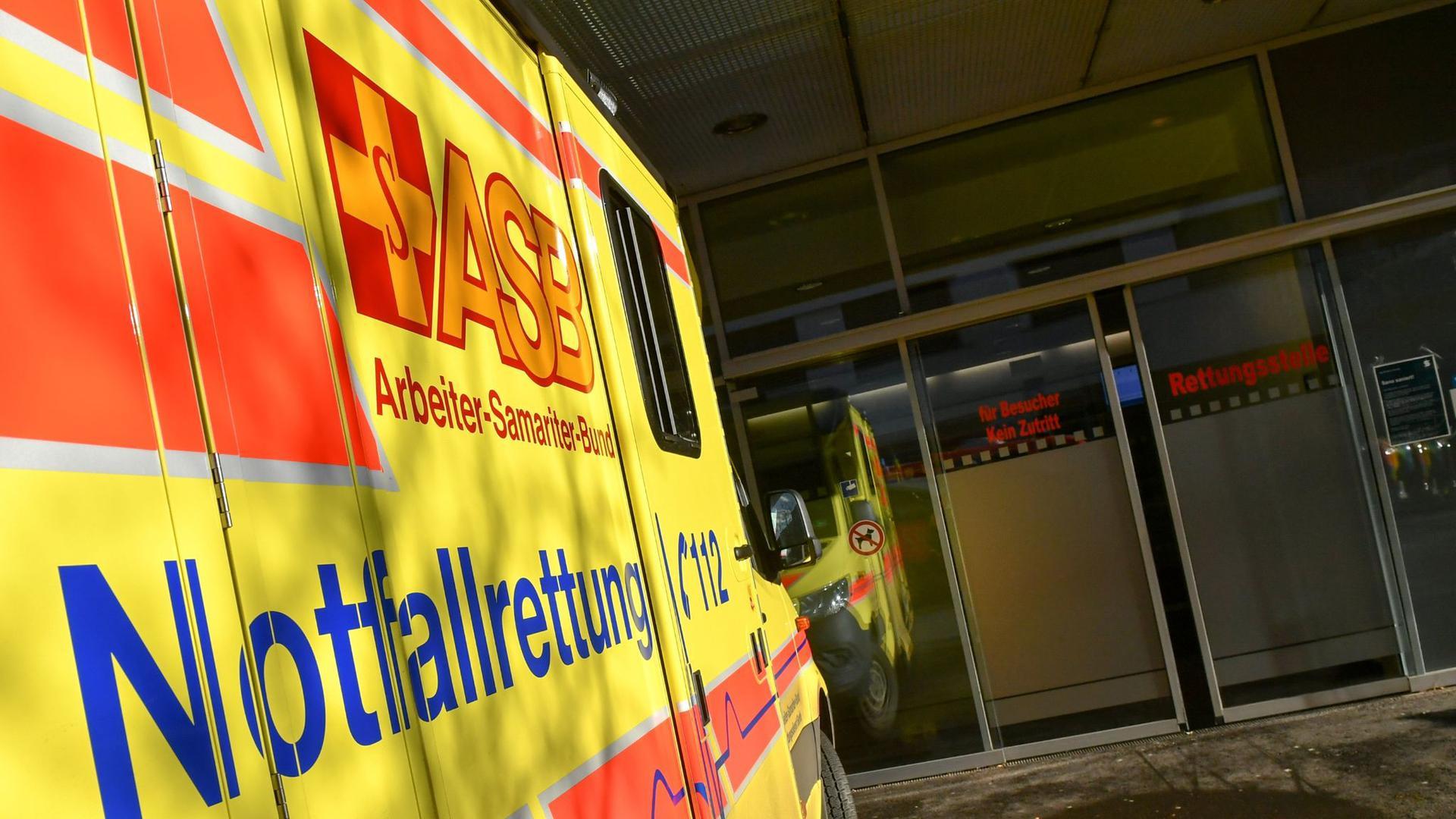 Ein Rettungswagen steht vor der Rettungsstelle eines Klinikums.