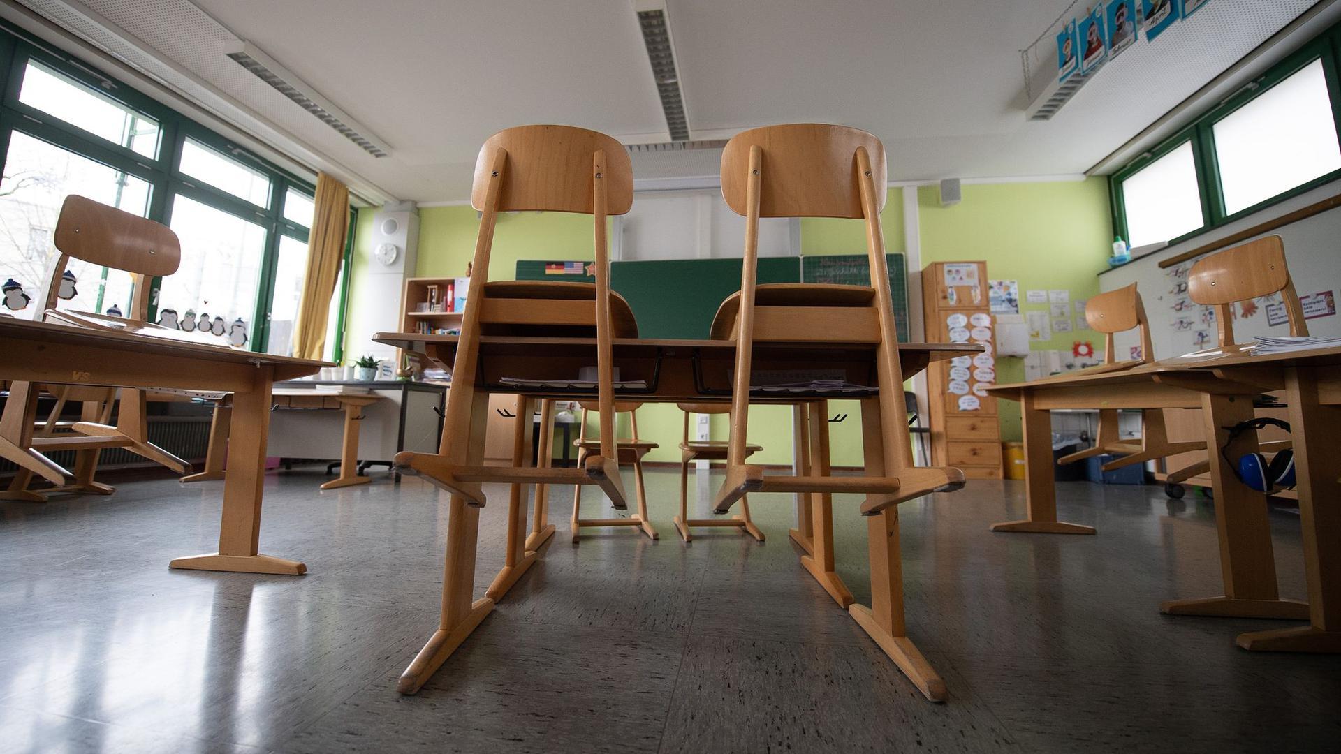 Ein leeres Klassenzimmer an einer Grundschule.