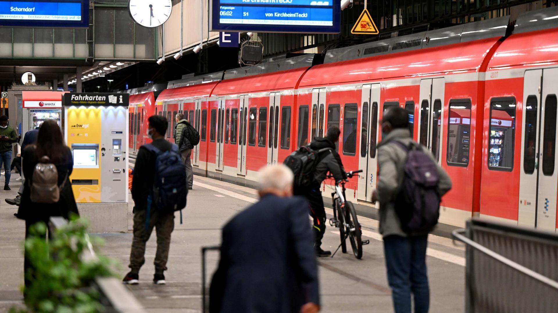 Passagiere warten am Stuttgarter Hauptbahnhof auf ihren Zug.