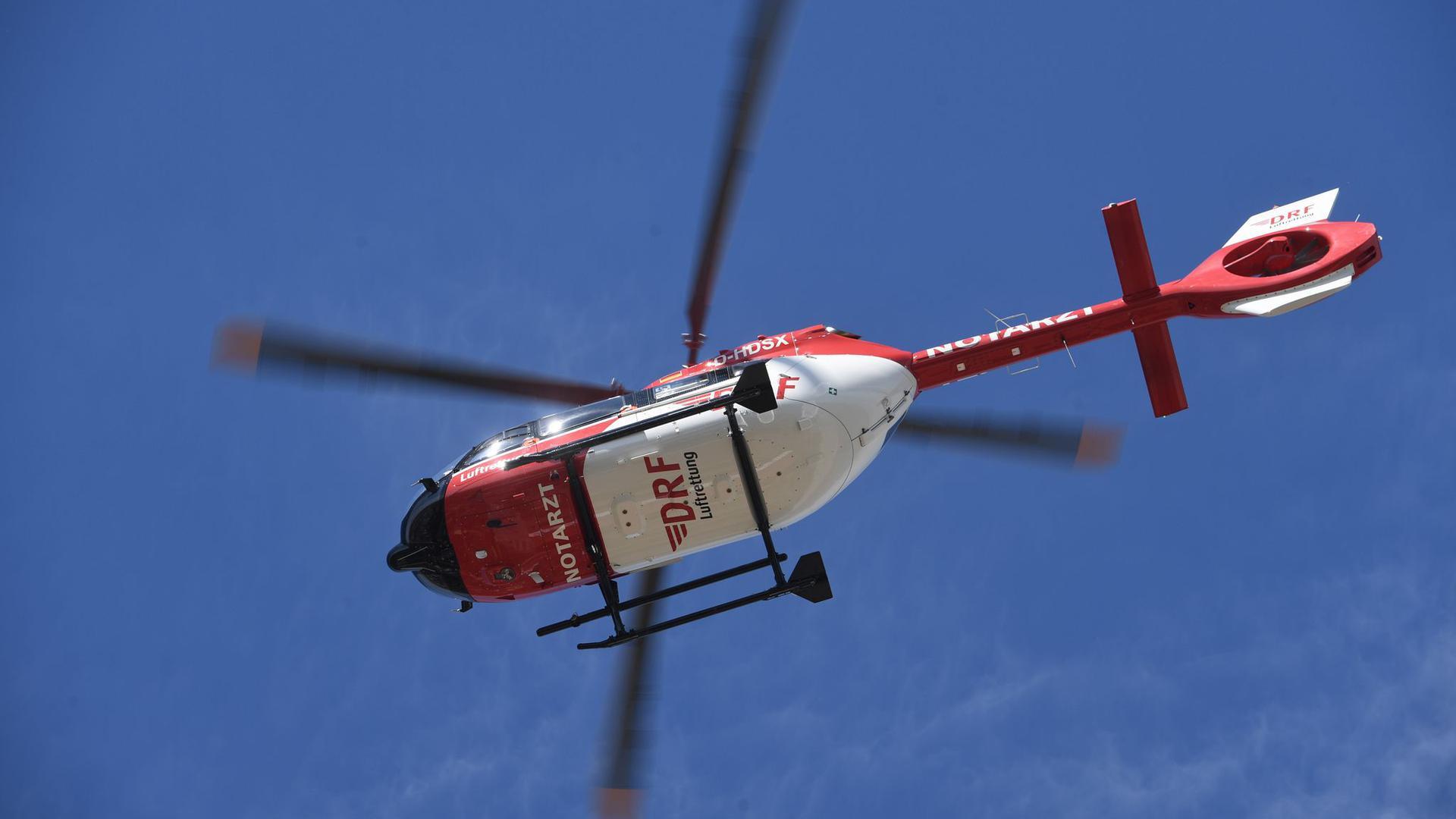 Ein Rettungshubschrauber fliegt am Himmel.