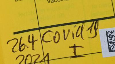 In einem Impfausweis ist der Eintrag einer Erstimpfung gegen das Coronavirus zu lesen.