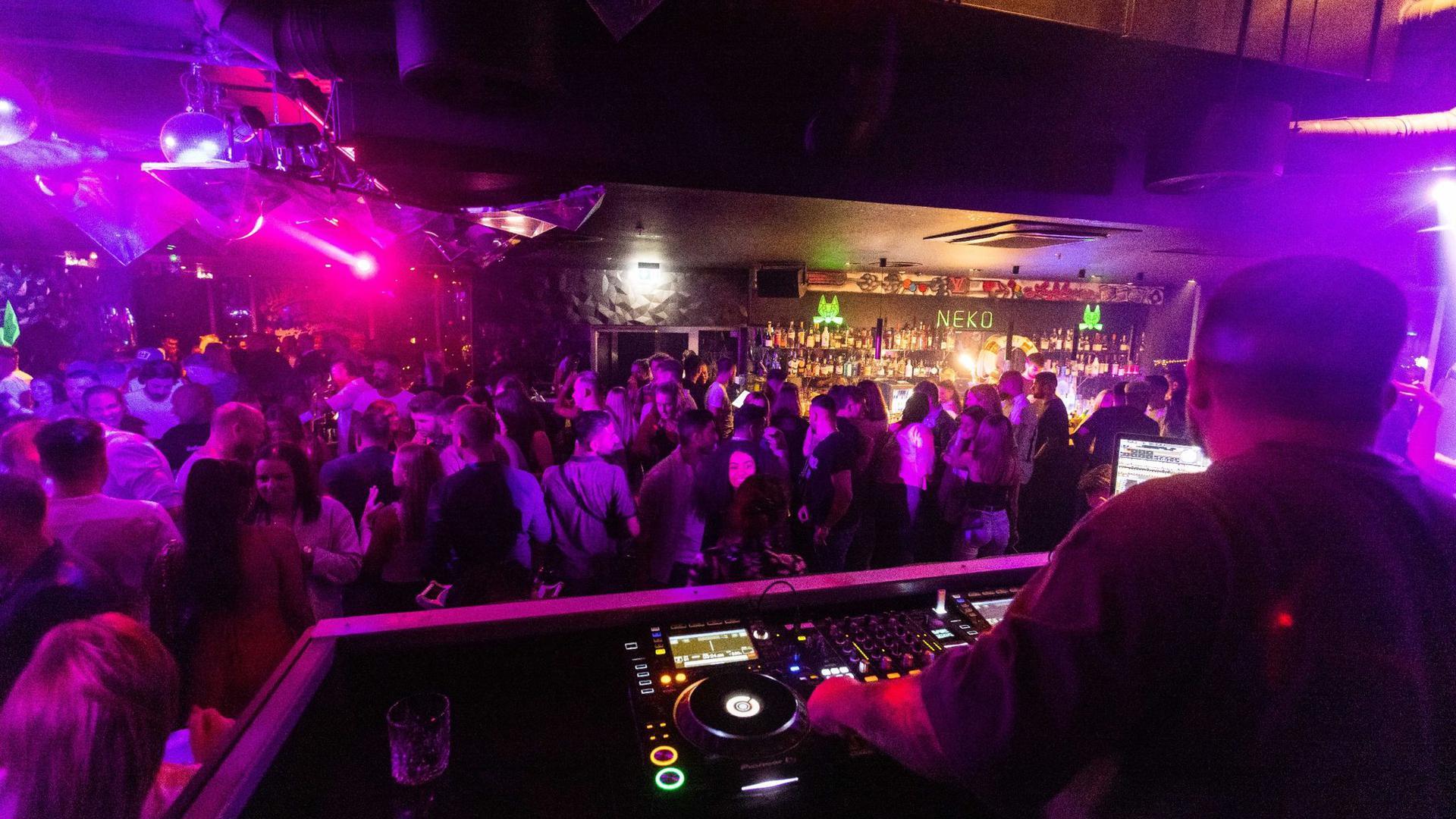 """Menschen tanzen im Club """"Neko"""" in Freiburg auf der Tanzfläche."""