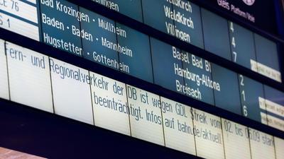Eine Anzeigetafel informiert Reisende über die Beeinträchtigungen aufgrund des Streiks.