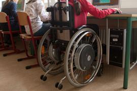 Eine Schülerin sitzt in einem Rollstuhl im Computerraum.