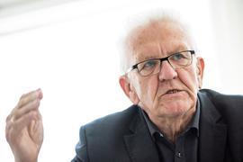 Baden-Württembergs Ministerpräsident Winfried Kretschmann (Grüne) spricht bei einem Interview.