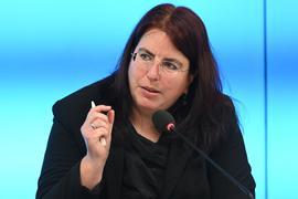 Monika Stein, die Landesvorsitzende der GEW, spricht bei einer Pressekonferenz.