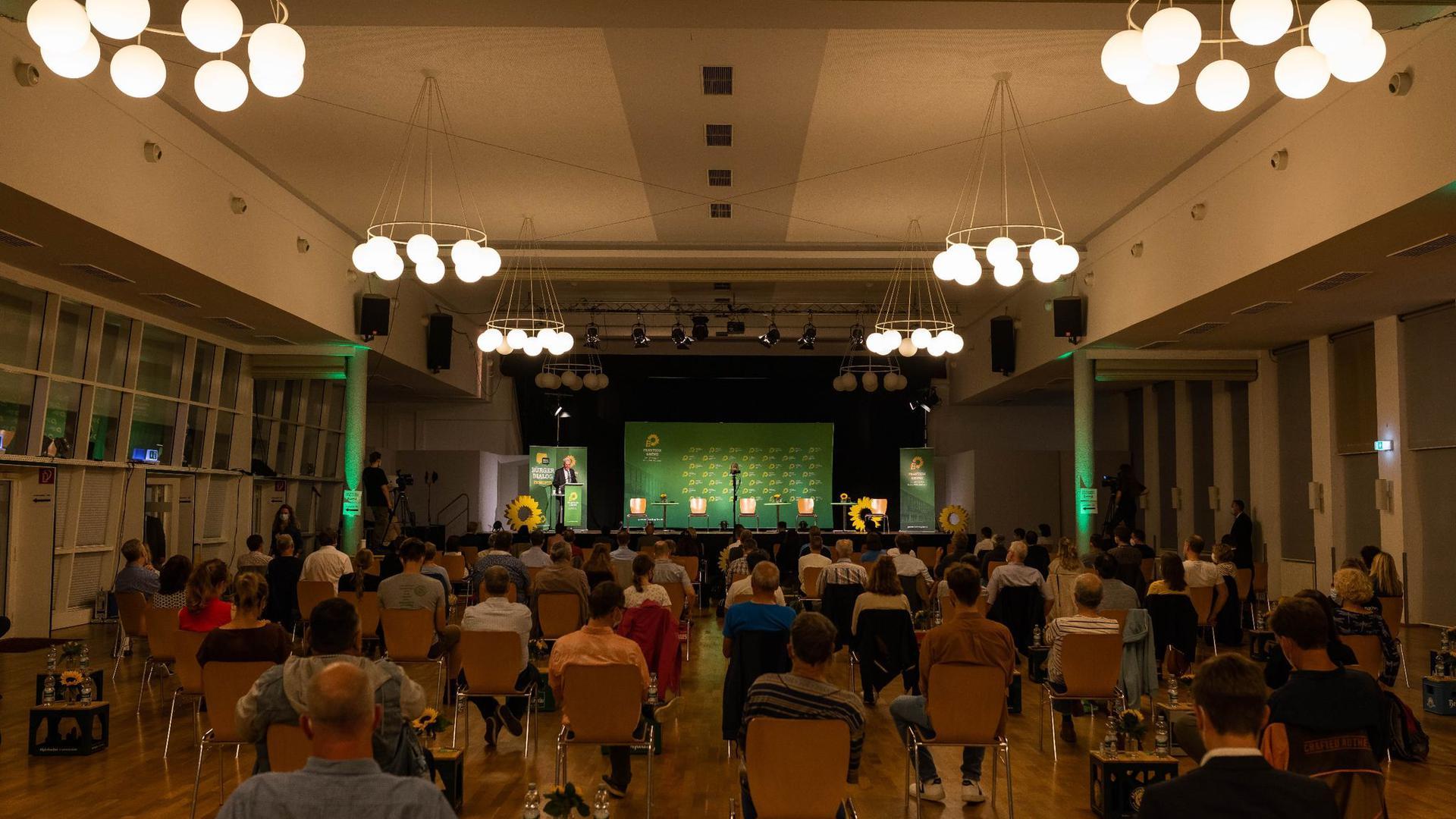 Winfried Kretschmann (Bündnis 90/Die Grünen), Ministerpräsident von Baden-Württemberg, steht auf einer Bühne und spricht während dem sogenannten Bürgerdialog seiner Fraktion zu den Anwesenden.