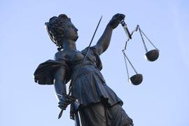 Eine Statue der Justitia steht unter freiem Himmel.