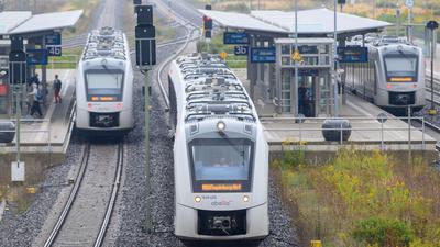 """Ein Zug vom Bahnunternehmen """"Abellio"""" verlässt den Bahnhof Halberstadt."""