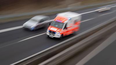 Ein Rettungswagen fährt zu einem Einsatzort.