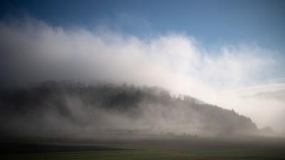 Nebel zieht über die Schwäbische Alb.