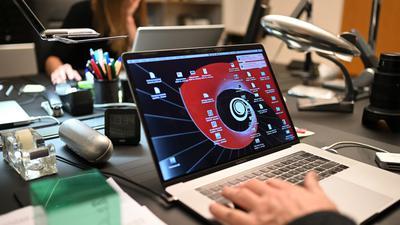 Ein Mann arbeitet zuhause an einem Laptop im Homeoffice.