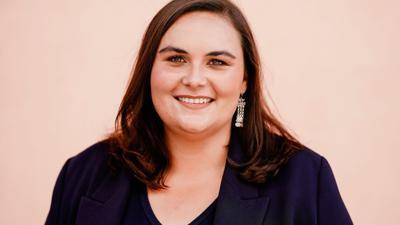 Isabel Cademartori, Bundestagskandidatin der SPD in Mannheim, steht im Stadtteil Wallstadt.