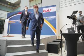Kanzlerkandidat Armin Laschet (M) und Generalsekretär Paul Ziemiak verlassen eine Pressekonferenz.