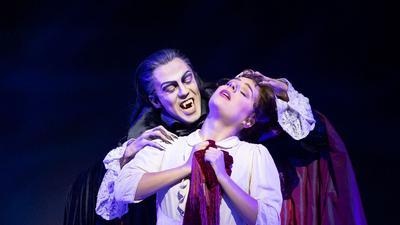 """Der italienische Schauspieler Filippo Strocchi steht als Graf von Krolock mit Diana Schnierer während einer Probe zu dem Musical """"Tanz der Vampire"""" in Stuttgart auf der Bühne."""