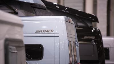 Ein Wohnmobil der Marke Hymer steht auf einer Freizeitmesse.