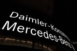 Ein Schriftzug weist auf die Konzernzentrale der Daimler AG hin.