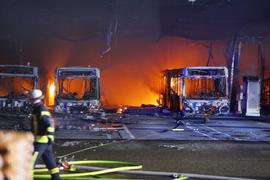 Feuer ist in einem Depot für Busse zu sehen.