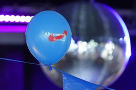 Ein AfD-Luftballon hängt an einem Band.
