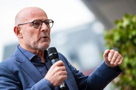 Baden-Württembergs Verkehrsminister Winfried Hermann (Grüne) spricht in ein Mikrofon.