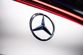Das Logo von Mercedes-Benz am Heck eines Fahrzeugs.
