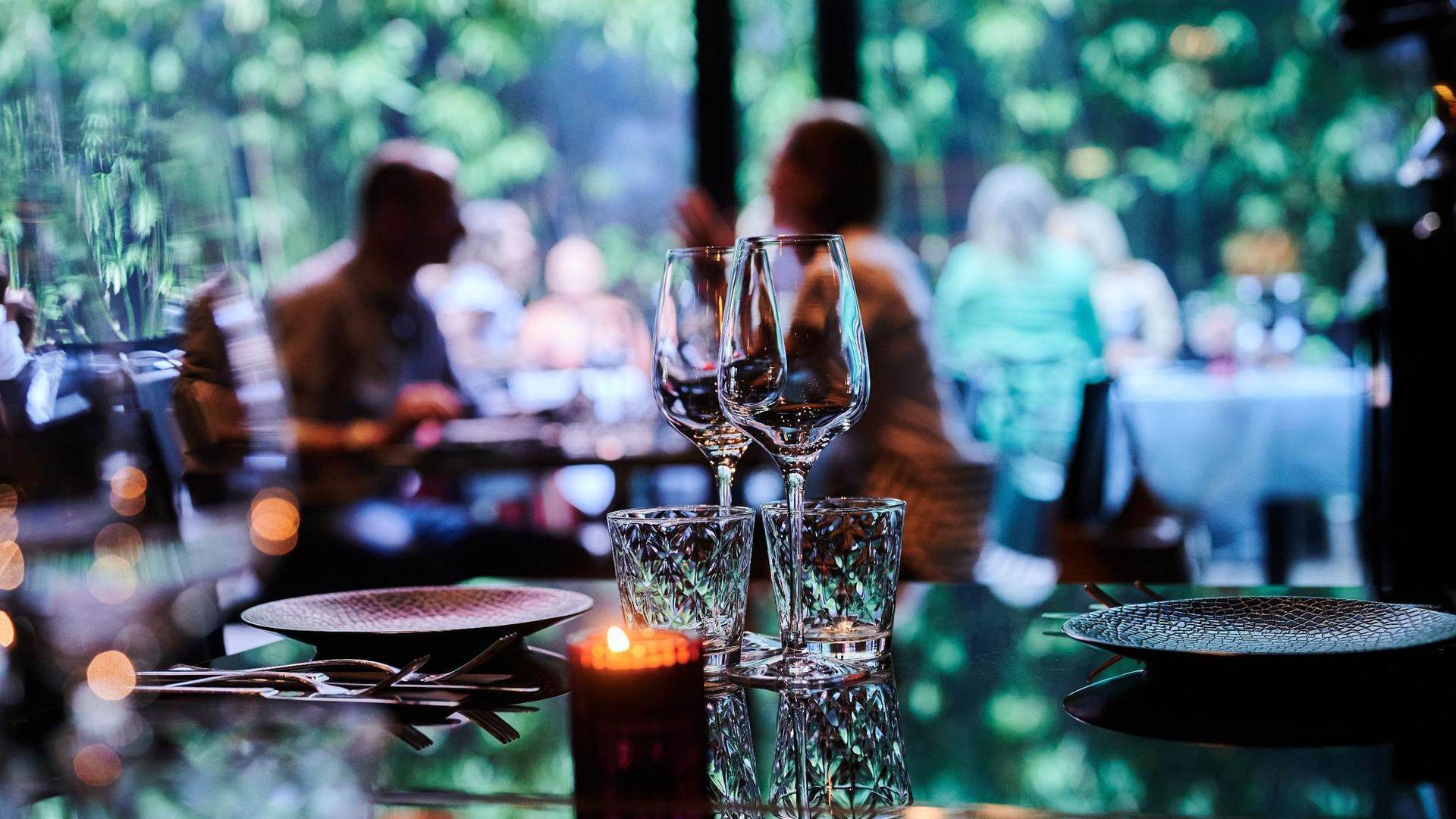 Gäste sitzen im Außenbereich eines Restaurants.