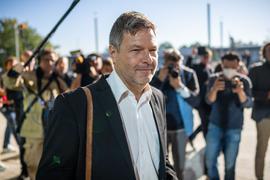 Wird Robert Habeck (Bündnis 90/Die Grünen) Bundesfinanzminister? Baden-Württembergs Finanzminister Danyal Bayaz hat sich für seinen Parteikollegen ausgesprochen.