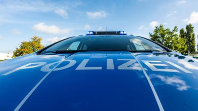 """Auf der Motorhaube eines Streifenwagens steht der Schriftzug """"Polizei""""."""