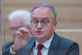 Andreas Stoc spricht während einer Debatte im Plenarsaal des Landtags.