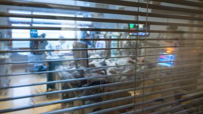 Medizinisches Personal arbeitet auf einer Intensivstation in einem Zimmer von Covid-19-Patienten.