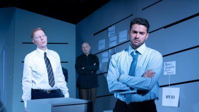 """Die Schauspieler Gabriel Kemmether (l-r), Tobias D. Weber und Lucas Janson bei der Generalprobe zur Urauführung von  """"Verschlusssache""""."""