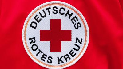 Ein Aufnäher mit dem Logo des Deutschen Roten Kreuzes (DRK).