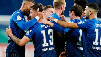 Hoffenheims Torschütze Angelo Stiller (2.v.l.) jubelt mit Mannschaftskollegen über ein Tor.