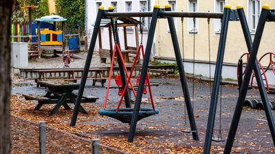 Menschenleer ist ein Spielplatz vor einer Kindergrippe
