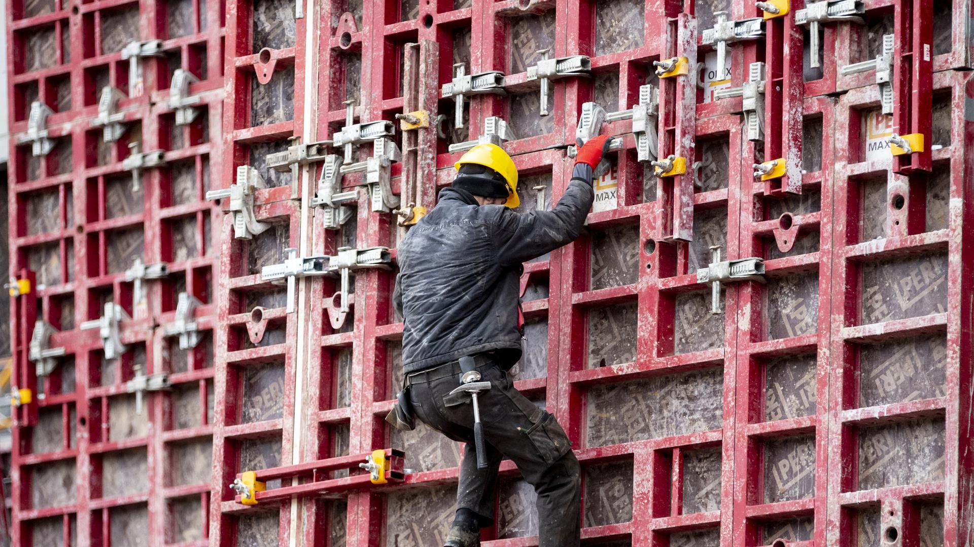 Ein Bauarbeiter arbeitet auf einer Baustelle.