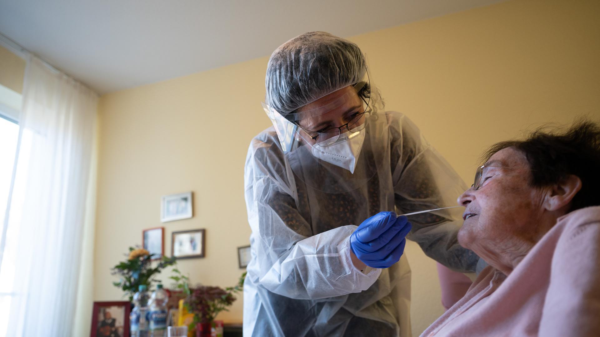 Eine Altenpflegerin führt im Seniorenheim Pauline-Krone-Heim der Altenhilfe Tübingen einen Antigen-Corona-Schnelltest durch.