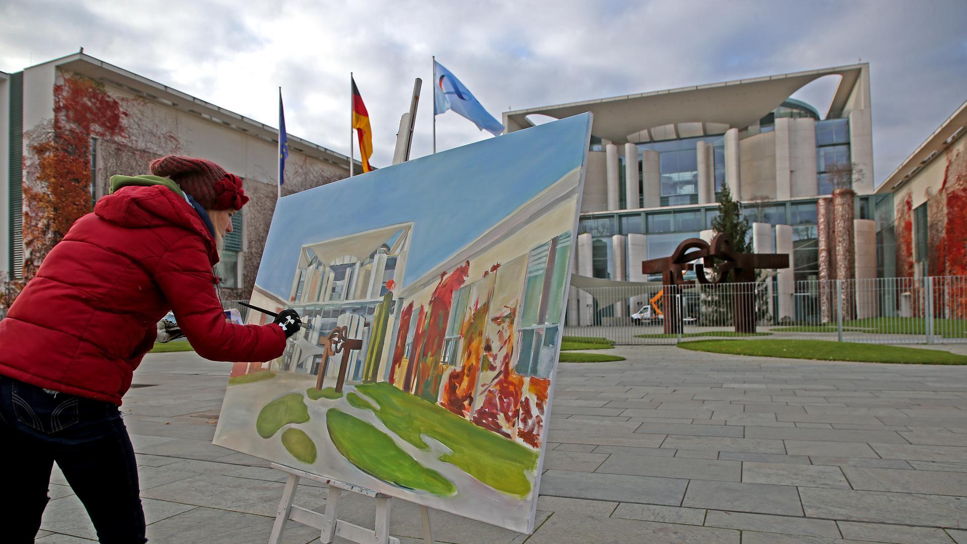 Die Künstlerin Lisa Schoefer fertigte vor dem Bundeskanzleramt ein Ölgemälde an. Auch malende Künstler erleben ein schweres Jahr - die Ausstellungshallen mussten vielerorts geschlossen bleiben.