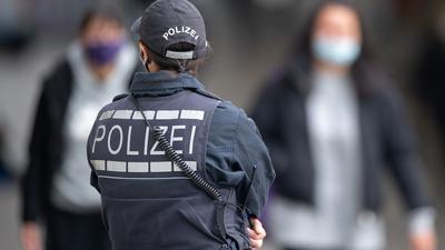 Die Polizei hat in Karlsruhe in Stadt- und Landkreis mit unterschiedlichen Regelungen zur Ausgangssperre zu tun. Es soll aber nicht verstärkt kontrolliert werden, erklärt eine Sprecherin.