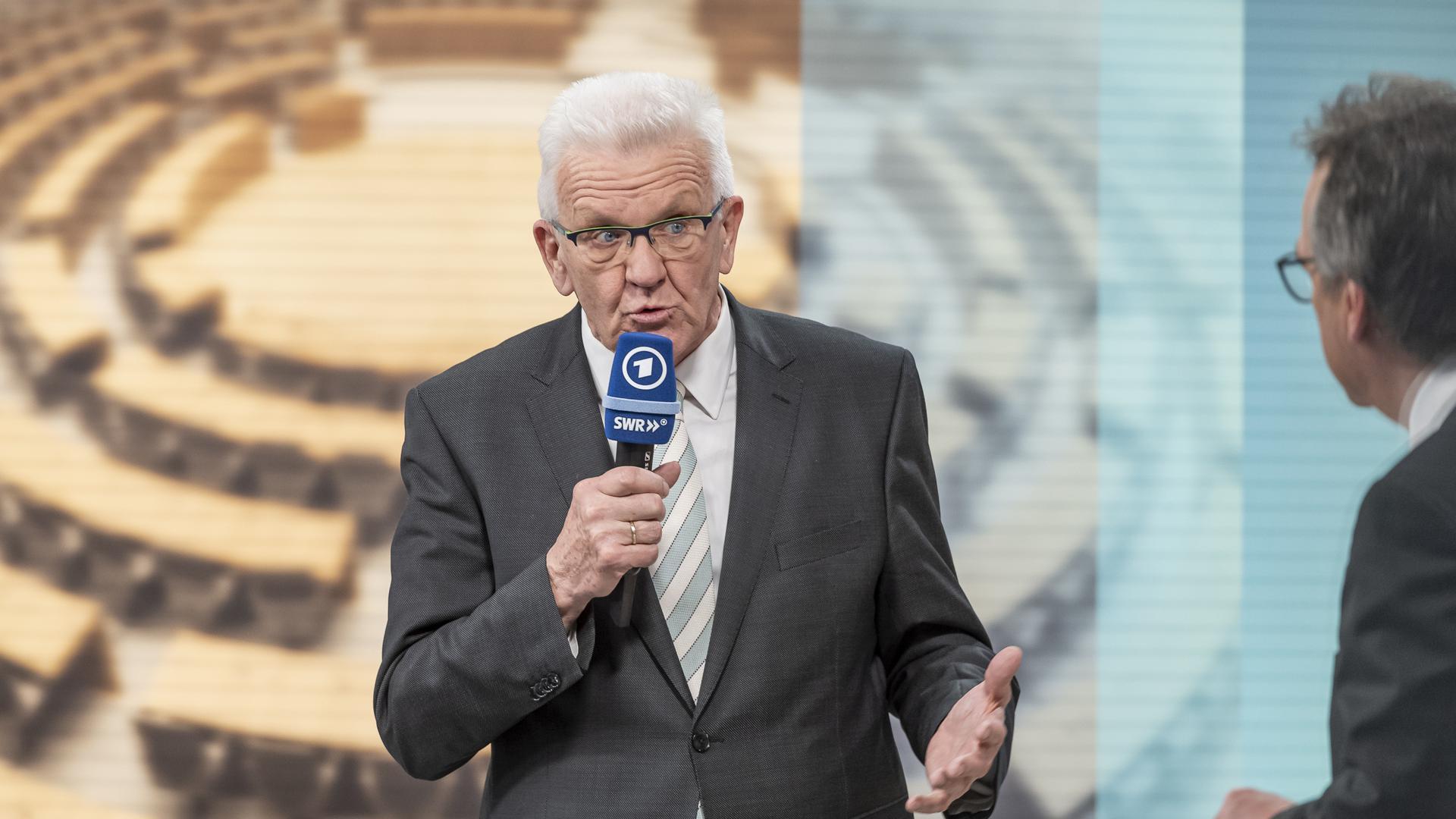 Winfried Kretschmann (Bündnis 90/Die Grünen) wird am Abend der Landtagswahl in Baden-Württemberg von SWR-Moderator Fritz Frey (rechts) interviewt.