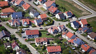 PRODUKTION - 01.06.2021, Baden-Württemberg, Heilbronn: Auf Dächern von Häusern in einer Gemeinde beim Landkreis Heilbronn sind Solaranlagen angebracht (Luftbild aus einem Flugzeug aufgenommen). (zu dpa «Grün-Schwarz will Solarpflicht für Häuslebauer vom 1. Mai 2022 an») Foto: Uli Deck/dpa +++ dpa-Bildfunk +++