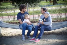HANDOUT - Zwei Väter mit ihren Kindern auf dem Arm sitzen am 06.04.2017 auf einem Spielplatz in Ulm (Baden-Württemberg) in einer Hängematte und unterhalten sich. Bei der Familienbildungsstätte Ulm wächst seit Jahren die Nachfrage nach Gesprächsgruppen für Männer. (zu dpa: «Ohne Bierrausch und Bollerwagen - Wenn starke Männer Hilfe suchen» vom 18.05.2017 - ACHTUNG: Nur zur redaktionellen Verwendung im Zusammenhang mit der aktuellen Berichterstattung vom 18.05.2017 und bei vollständiger Nennung der Quelle) Foto: Heidi Calabrice/Familienbildungsstätte Ulm/dpa +++ dpa-Bildfunk +++