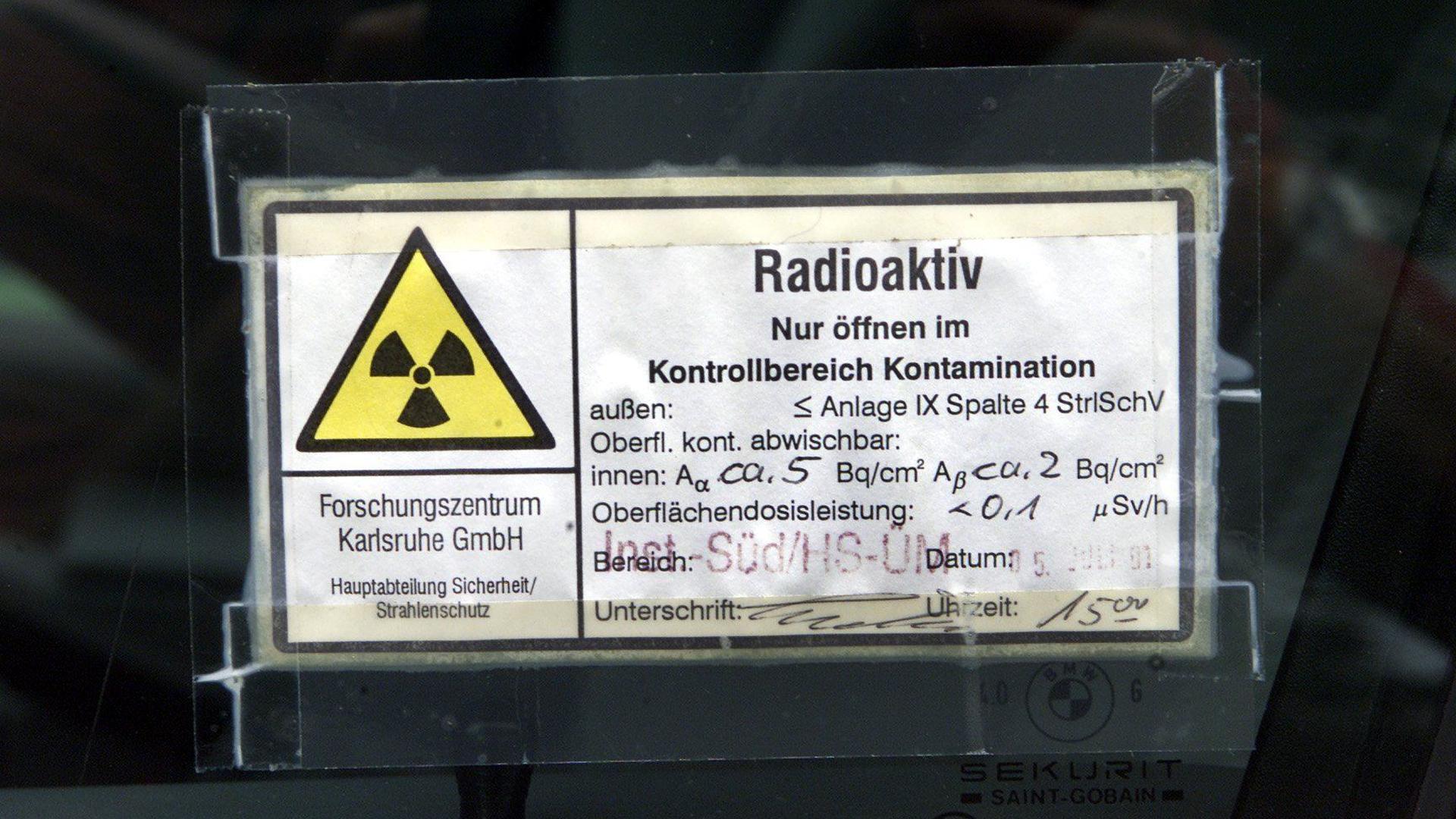 Das Foto vom Montag (16.07.2001) zeigt einen Radiokativ-Aufkleber auf einem Auto, das vor der medizinischen Abteilung des Forschungszentrums Karlsruhe abgestellt ist. Ein Arbeiter soll hochgiftiges Plutonium aus der Wiederaufbereitungsanlage (WAK) gestohlen haben, die sich auf dem Gelände des Forschungszentrums befindet. Er und zwei weitere Personen wurden in der Folge dadurch verstrahlt und werden in der medizinischen Abteilung behandelt. Die WAK wurde 1990 stillgelegt und wird seit 1996 abgebaut. dpa/lsw (zu dpa/lsw vom 16.07.2001) +++ dpa-Bildfunk +++