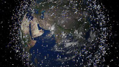 Die Bedrohung durch Kollisionen steigt täglich: Das computergenerierte Bild der European Space Agency (ESA) zeigt den Weltraummüll früherer Weltraummissionen, der neben intakten Satelliten um die Erde kreist.