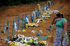 Eine Frau trauert an einem Grab auf einem Friedhof in Manaus.