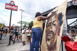 Eine Künstlerin malt ein Bild des Opfers Rayshard Brooks.