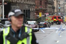 Ein Polizist am abgesperrten Tatort in Glasgow.